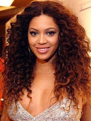 Beyonce'un makyaj sırları  Küçükken tam bir çirkin ördek yavrusu olan Beyonce'un, şimdiki güzelliğini makyözünden kaptığı hilelere borçlu olduğunu biliyor muydun? İşte seksi yıldızın markete giderken bile vazgeçemediği güzellik hilelerinden bazıları...